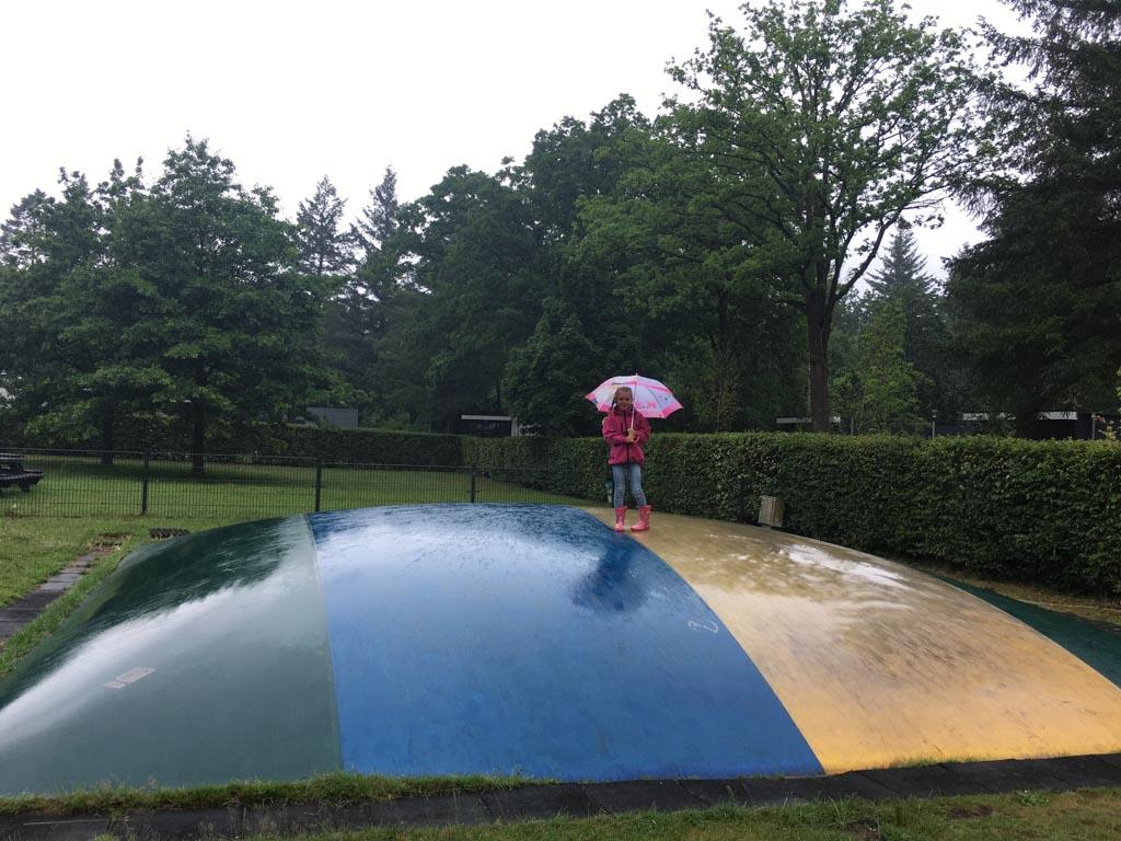 Springen is zelfs in de regen leuk