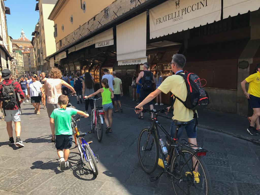 Met de fiets aan de hand gaan we de brug over.