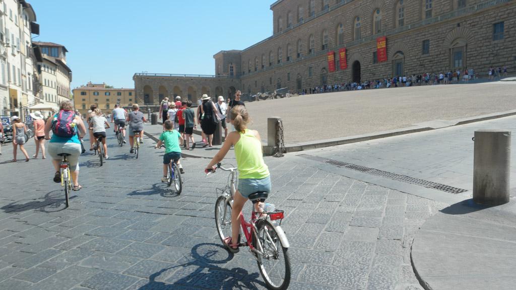 We fietsen langs Palazzo Pitti.