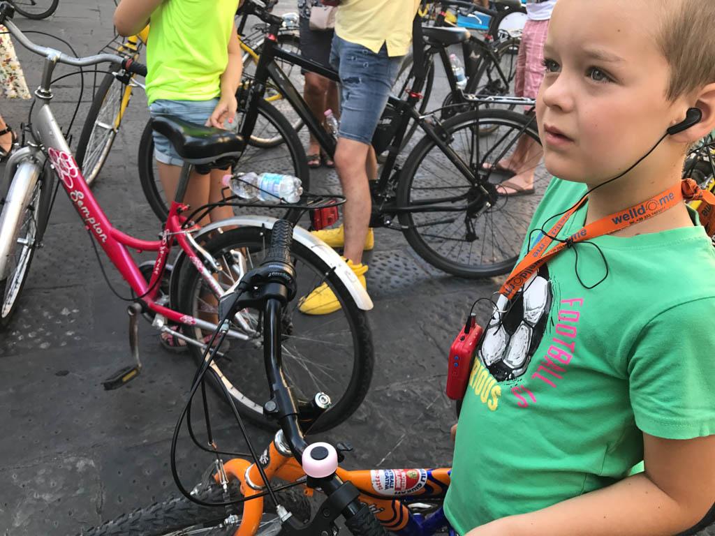 Camiel is er ook klaar voor, hij vindt het super stoer om met een oortje in te fietsen.