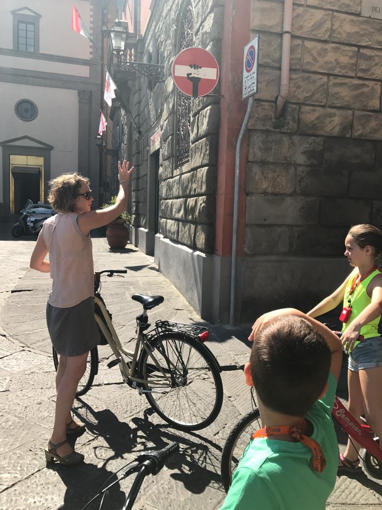 Grappig, in Florence zien we allemaal kunstige verkeersborden.