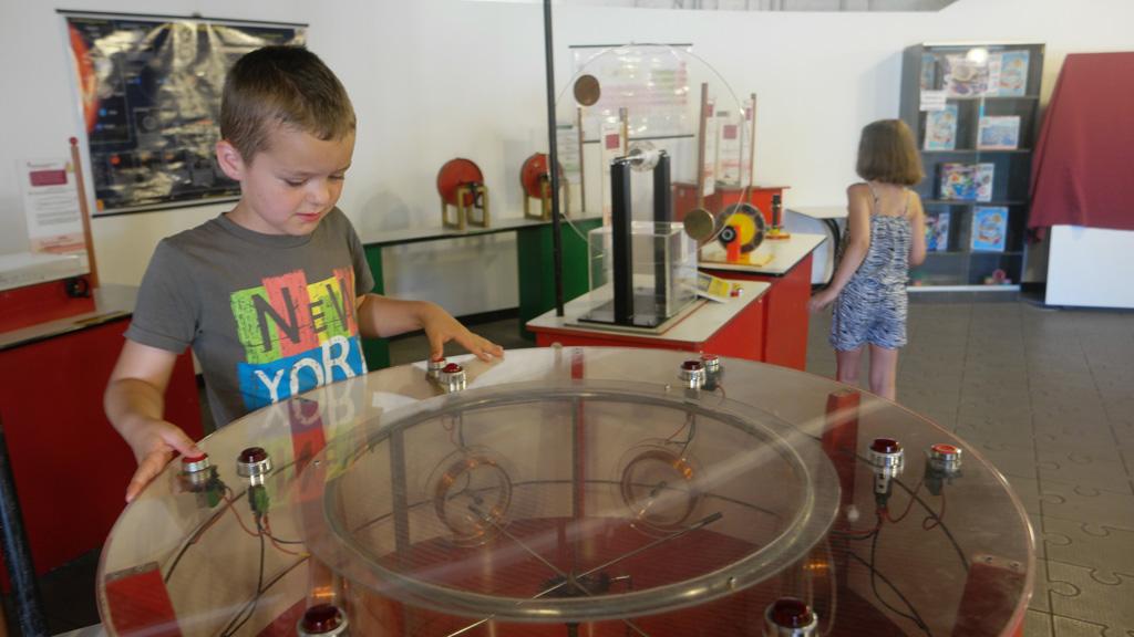 Proefjes doen in de tent met science opstellingen.