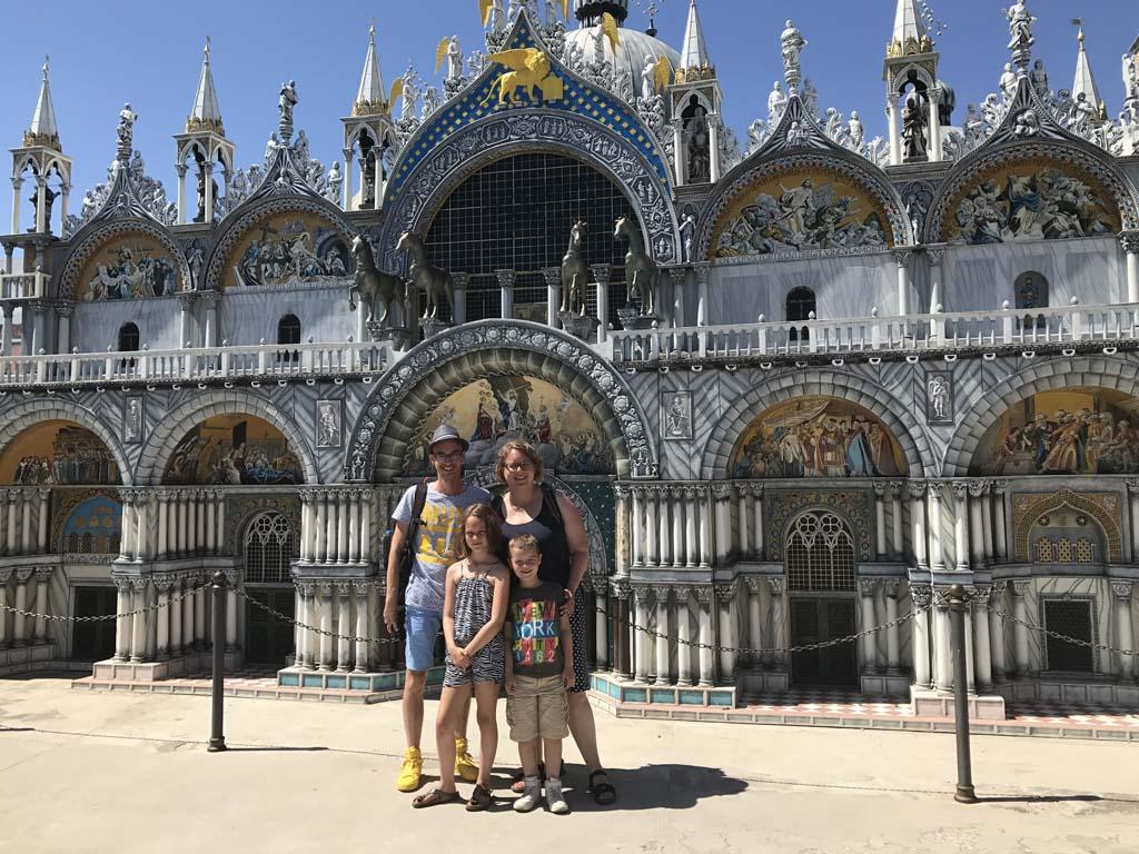 Op het San Marcoplein, voor de bekende kerk.