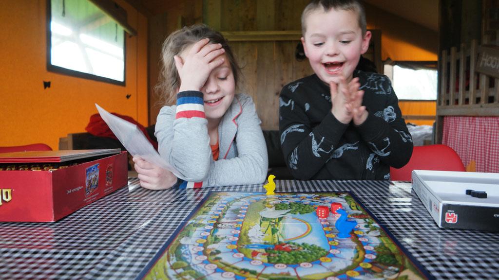 Spelletjes spelen op een druilerige dag.