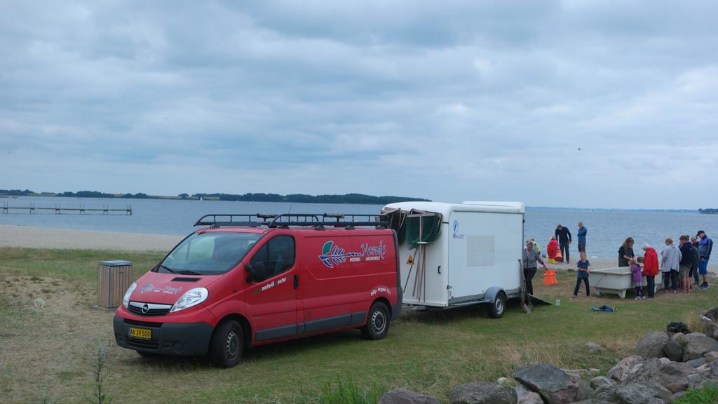 De auto van de natuurgids, hier moeten we zijn voor het krabben vangen in Denemarken.