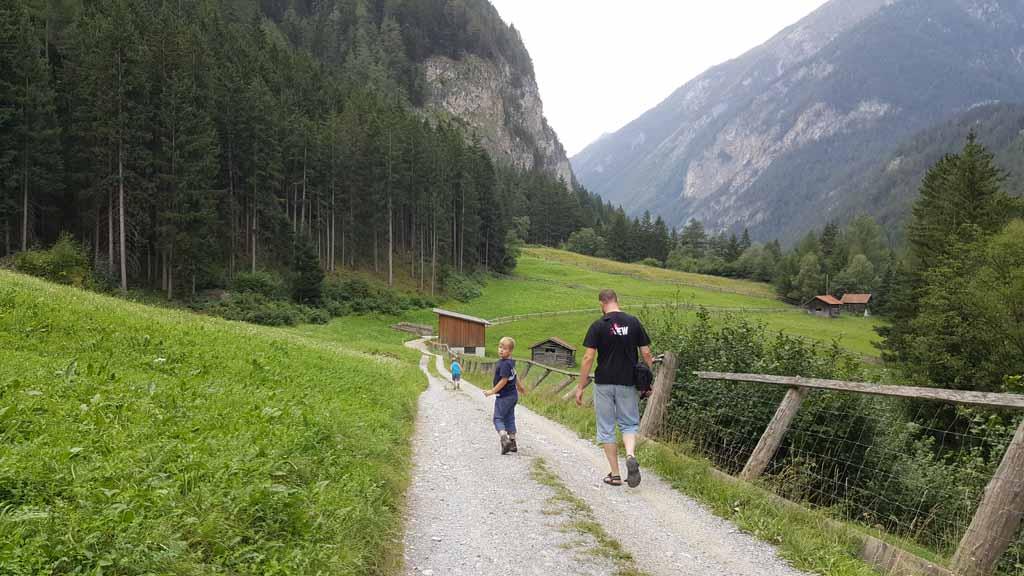 Op weg naar het parcours. Als we deze weg volgen komen we er vast.