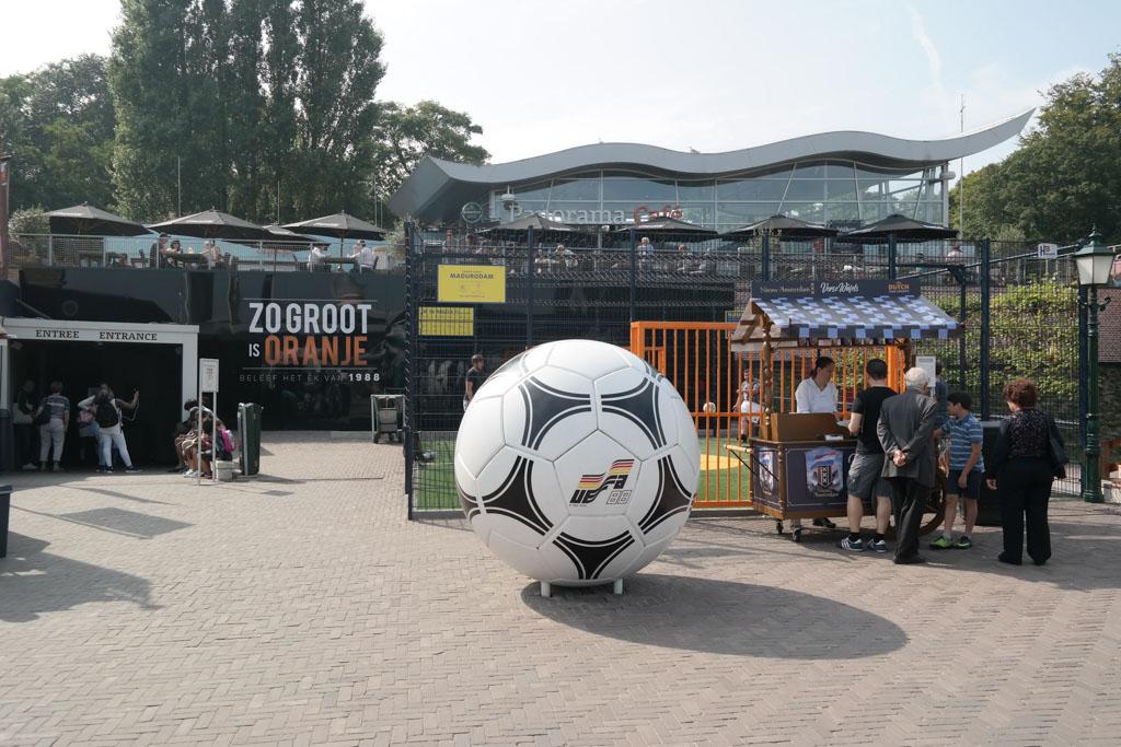 Voetbalfans komen aan hun trekken in een voetbalattractie over de EK winst in 1988.