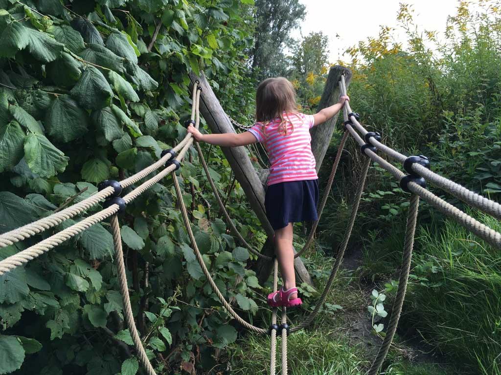 Over touwbruggen heen