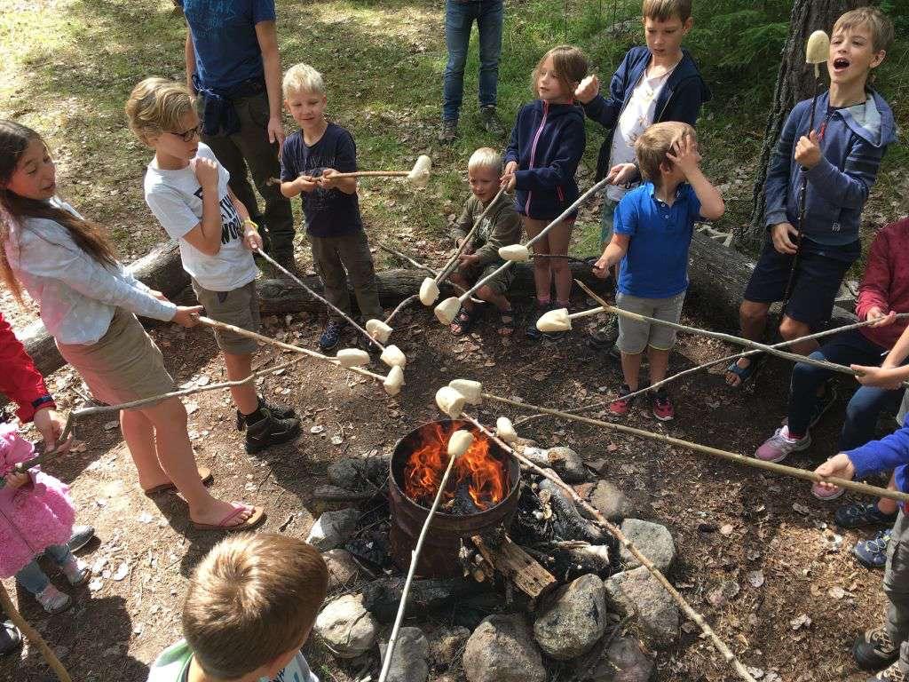 Broodjes bakken boven een kampvuur is voor veel kinderen het toppunt van vakantie in de buitenlucht
