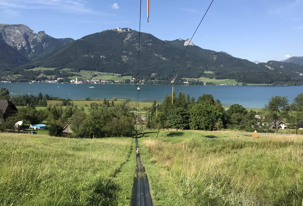 Tijdens het ophoog trekken van de rodel de berg op zit je achterstevoren waardoor je de hele omgeving goed kan bekijken en dus ook de wolfgangsee