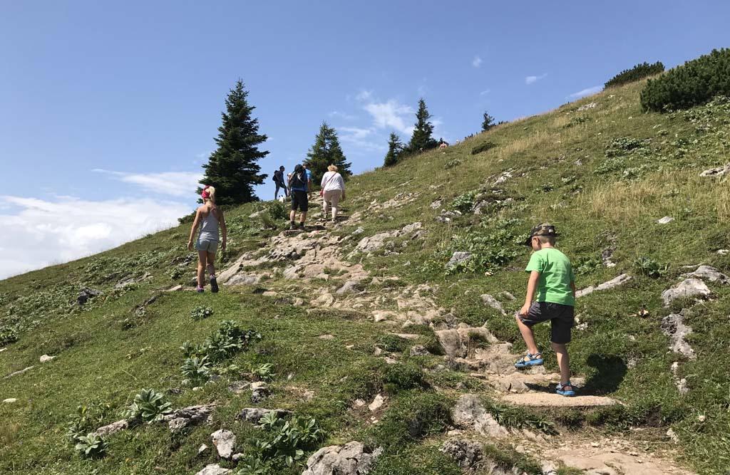 Het is een uur flink klimmen op de Schafbergspitze te bereiken. De kinderen lopen snel voorop. met uitzicht op de wolfgangsee