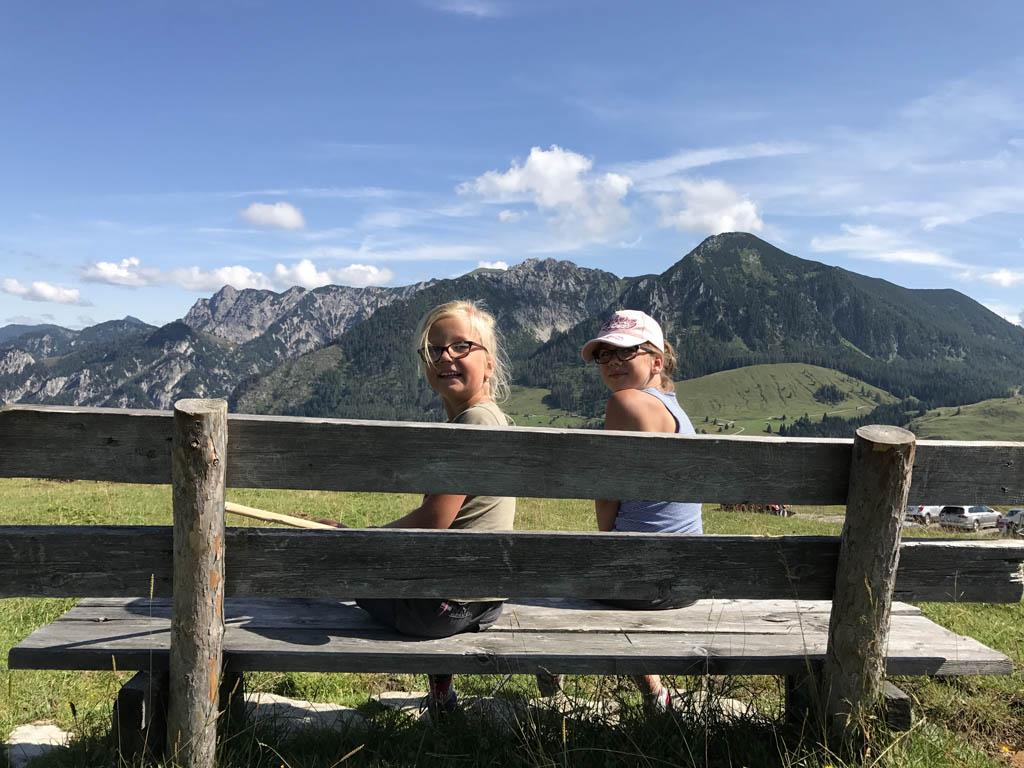 De dames genieten van het mooie uitzicht tijdens een stop op de Postalm. in de buurt van de wolfgangsee