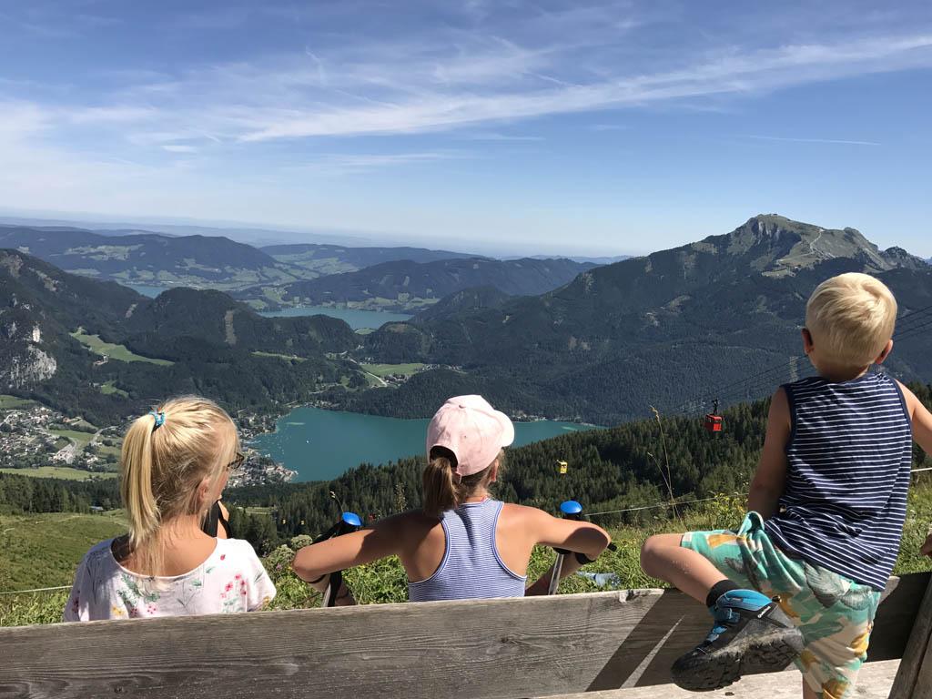 Vanaf de Zwölferhorn hebben we uitzicht over de Wolfgangsee, De Schafberg en de daar achtergelegen Attersee.