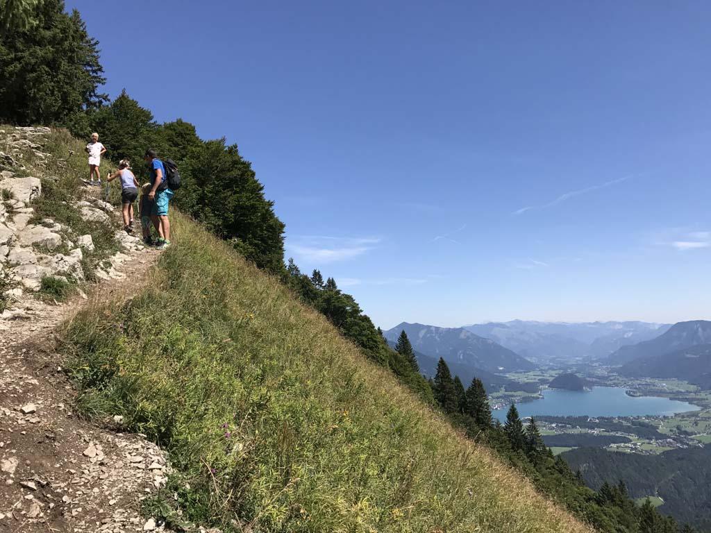 De laatste klim naar het hoog gelegen kruis zorgt voor nog wat klim en klauterwerk. Wel zo leuk na de vlakke paden van de route. In de buurt van de Wolfgangsee