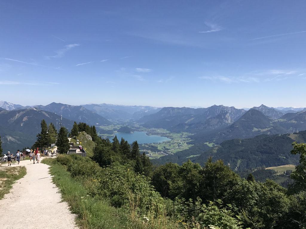 De paden van de panoramaroute zijn geschikt voor een kinderwagen. Met uitzicht op de wolfgangsee