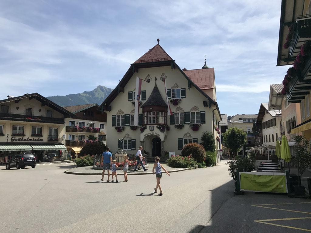 Wolfgangsee Overal kom je de prachtige huizen met goed gevulde plantenbakken tegen. Zo ook in Sankt Gilgen