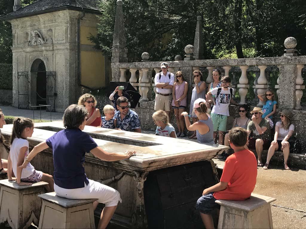 Wolfgangsee De Wasserspiele rondleiding in Hellbraun zorgt voor de nodige verkoeling op een warme dag.