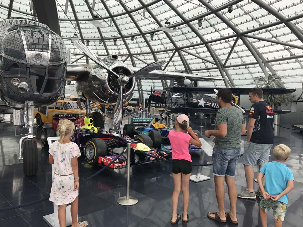 Wolfgangsee We nemen een kijkje bij alle Red Bull voertuigen in Hangar 7 in Salzburg.