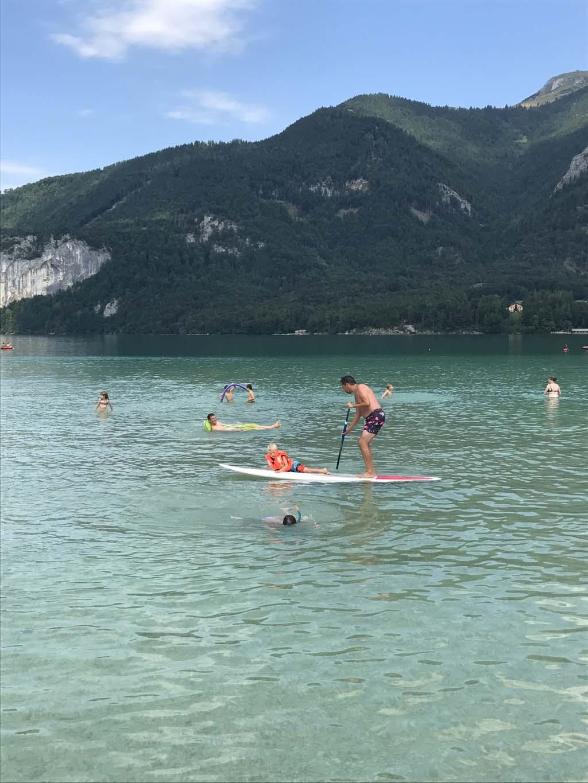 Vanaf de camping verkennen we de Wolfgangsee ook een SUP-board. Maar met een kano of roeiboot is ook erg leuk.
