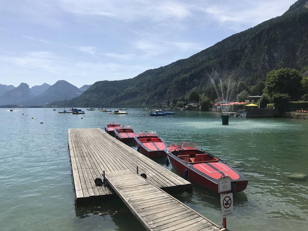 In Sankt Gilgen kun je bootjes huren om de Wolfgangsee te verkennen.
