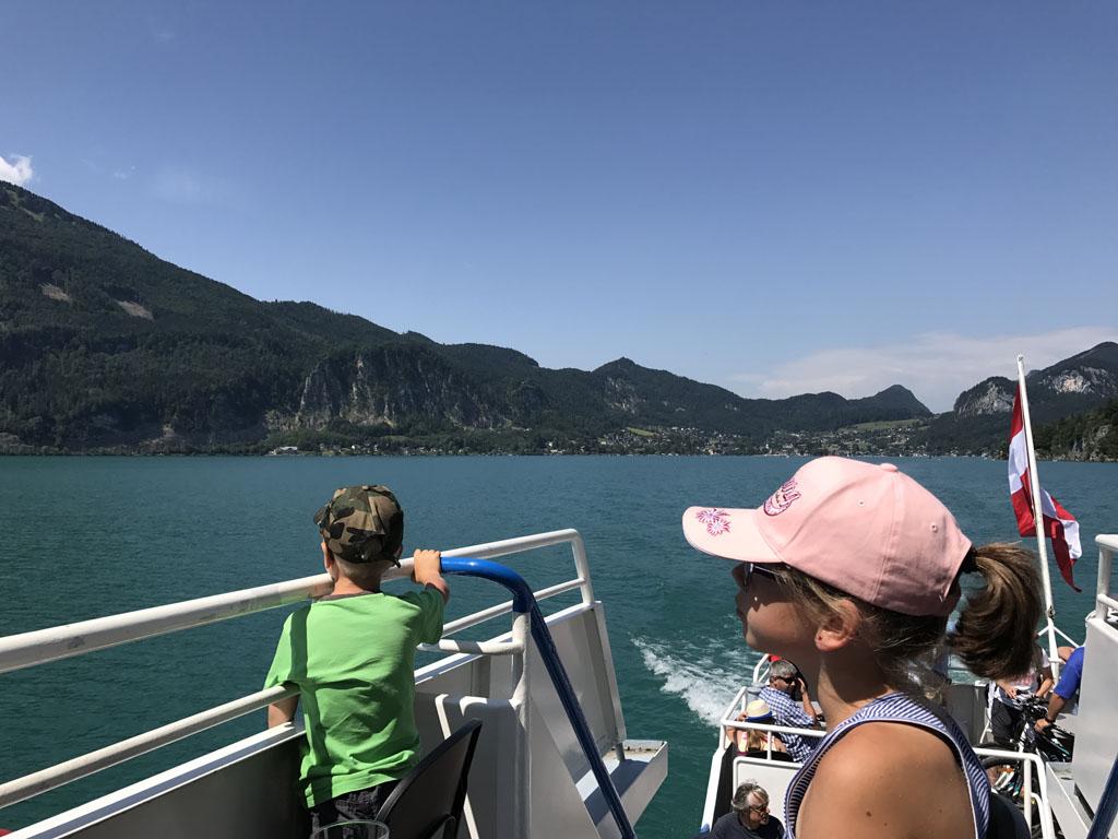 Vanaf de veerboot heb je prachtig uitzicht vanaf het water op de bergen rondom de Wolfgangsee.