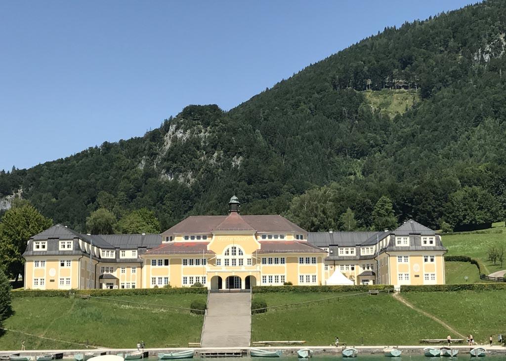 Roos spot de mooiste landhuizen vanaf de boot. De gele kleur kom je veel tegen in Salzburgerland en rondom de wolfgangsee.