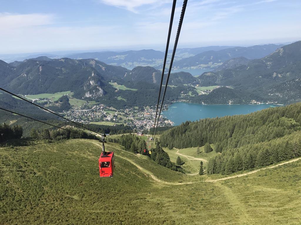 Het de vrolijjke gondels gaan we de Zwölferhorn op. Het uitzicht op de Wolfgangsee is fantastisch.