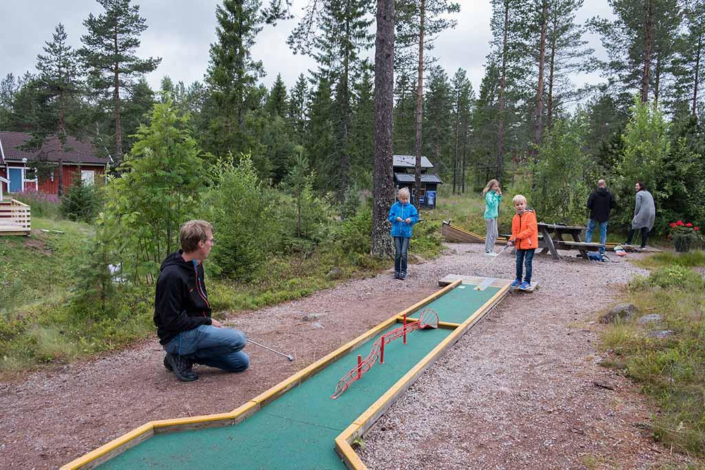 We spelen een wedstrijdje minigolf bij Orsa Grönklitt
