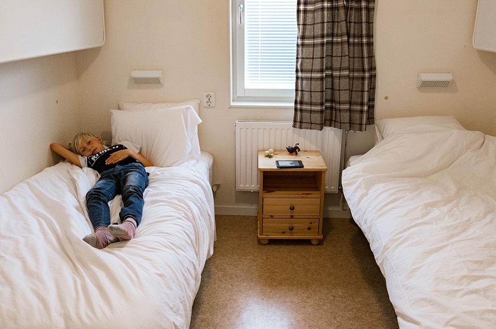 Een van de slaapkamers. Boven de bedden kunnen nog meer bedden opengeklapt worden.
