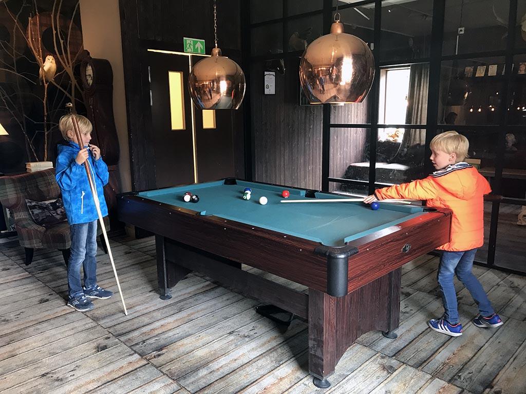 Een potje pool spelen bij Ugglan & Björnen