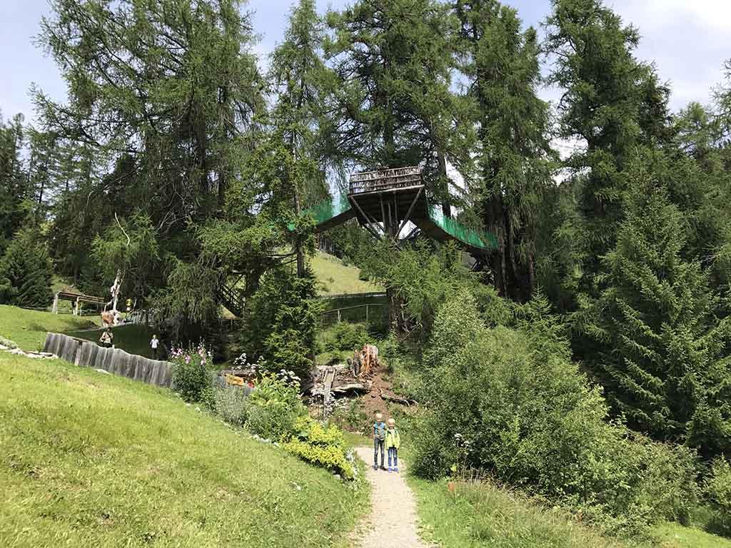 De boomhutten bij Senn's Wunderwanderwelt, een van de leuke kinderen om te doen in Sankt Anton met kinderen
