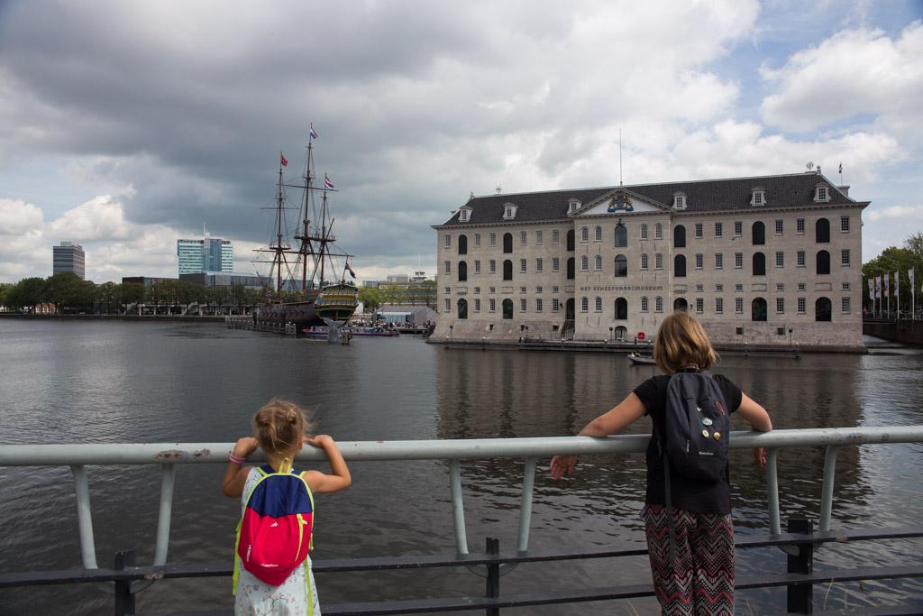 Scheepvaartmuseum in de verte