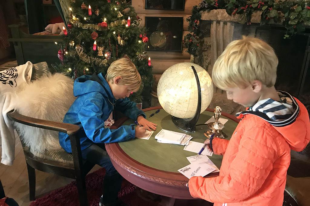 De jongens maken een verlanglijstje voor de Kerstman