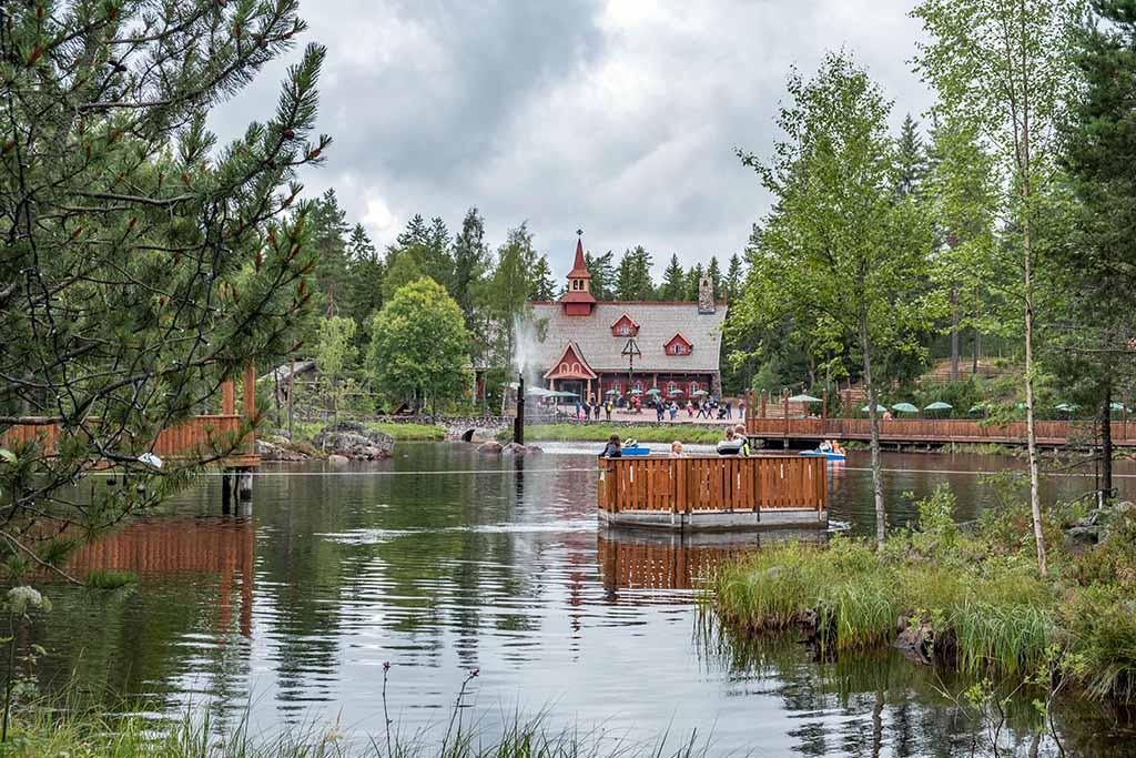 Het meer waar omheen Tomteland gebouwd is