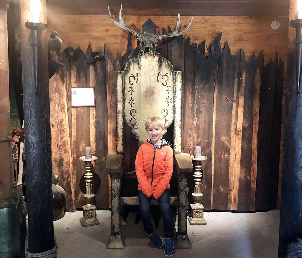 Tim op de troon van de trollenkoning.