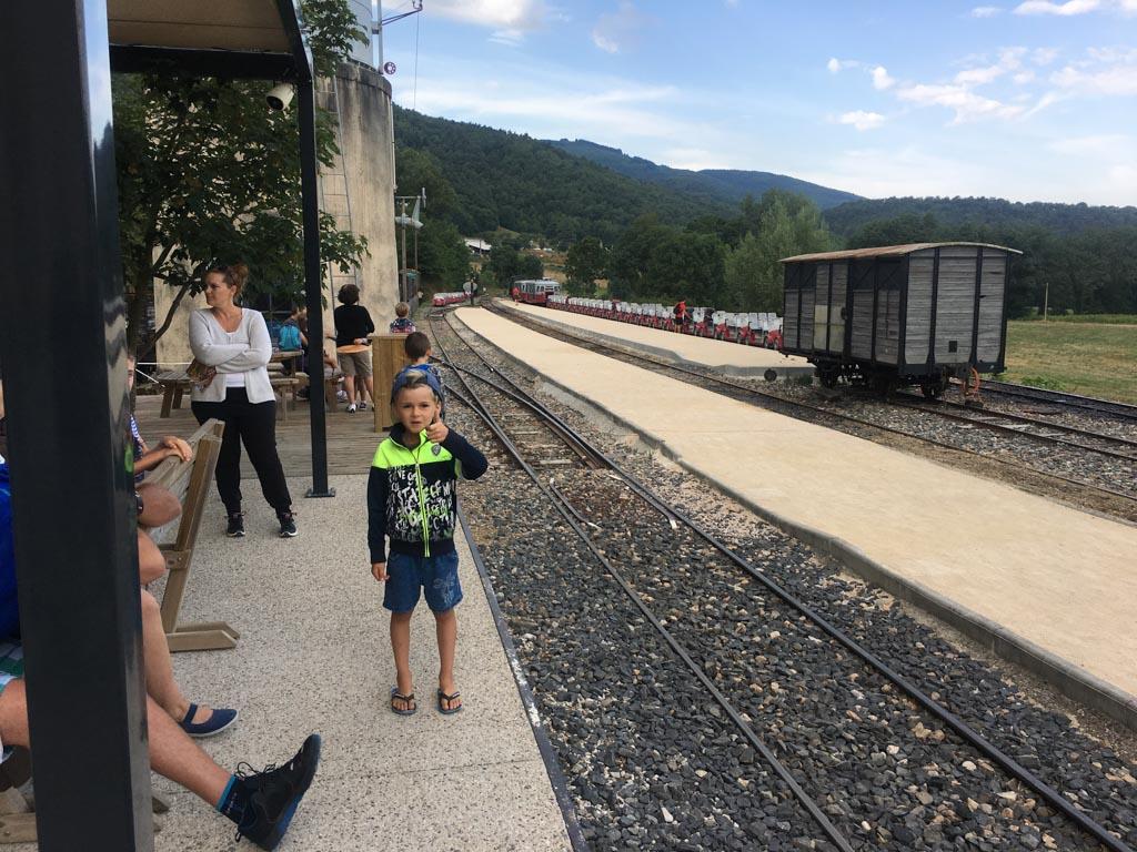 Wachten op de trein die ons naar boven gaat brengen