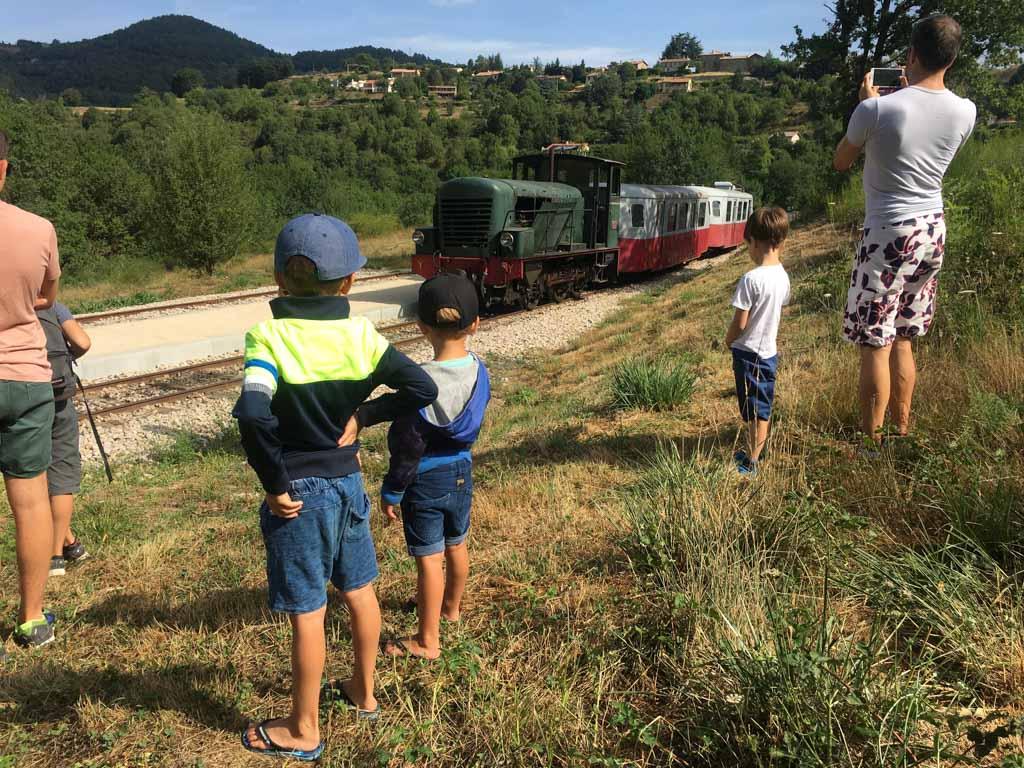 Boven op de berg wisselen we van trein naar 'vélo'.