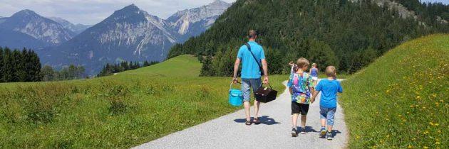 Wandelen met kinderen in Juppi Zauberwald in Alpbachtal (Tirol)
