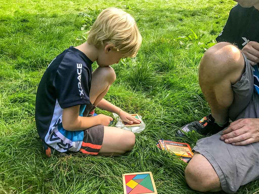 Een tangram in elkaar zetten.