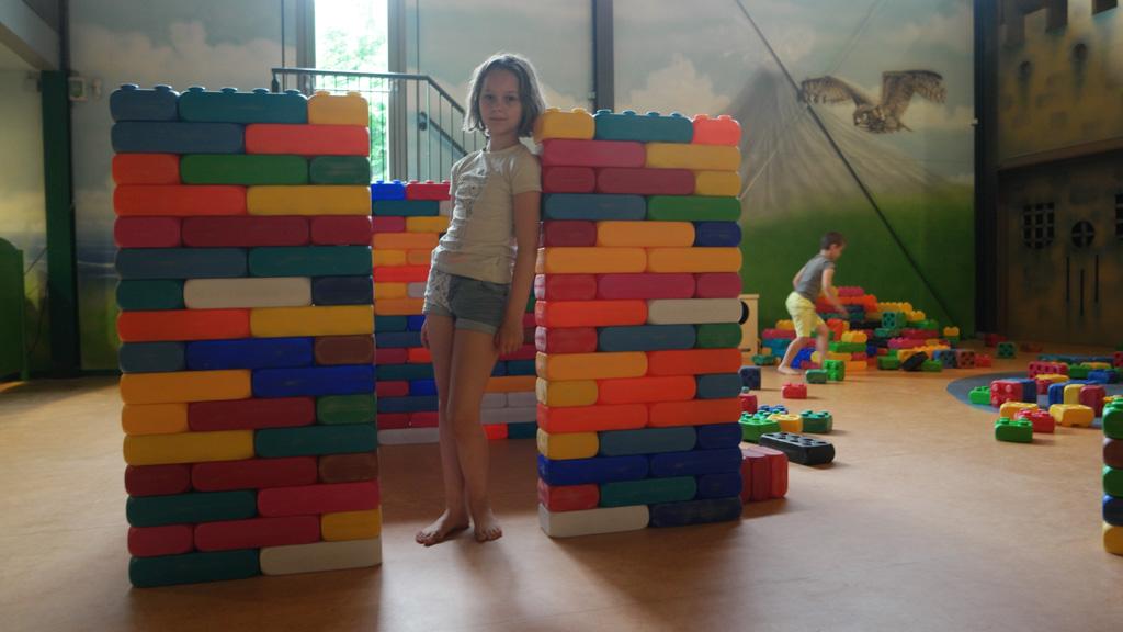 Bouwen met grote lego blokken.