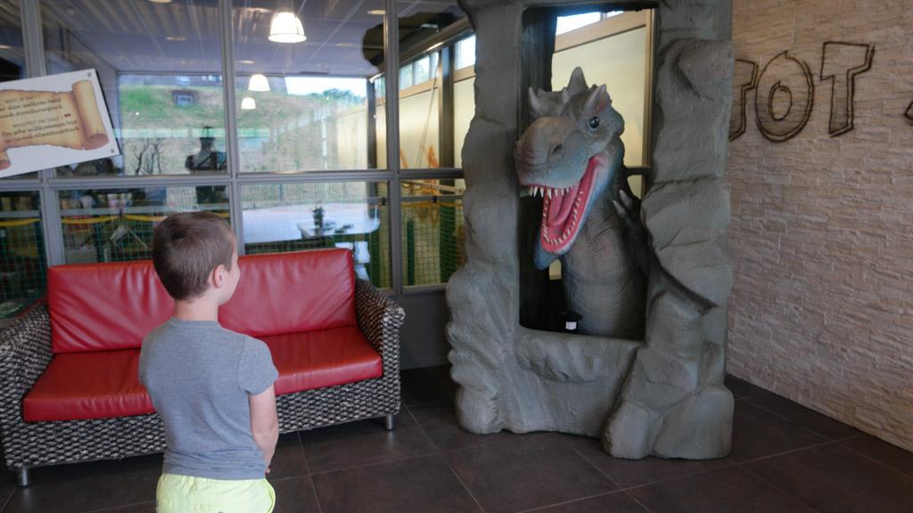 De T-Rex bij de entree van Avonturenpark Sevink Molen.