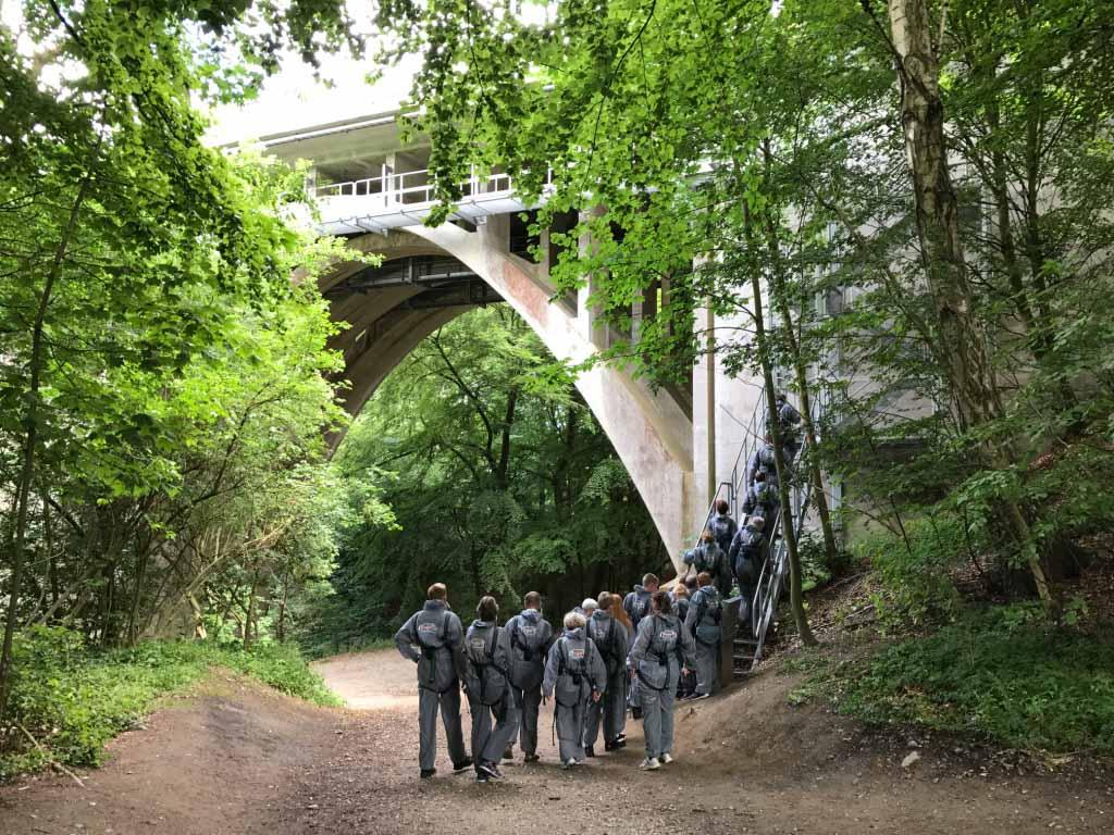Eerst wandelen we naar het punt waar we daadwerkelijk de brug opgaan.
