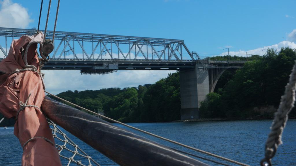 Daarboven is de brug waar we bovenop gaan lopen.