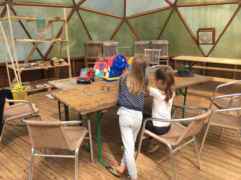 Wat speelgoed, boeken en tafels