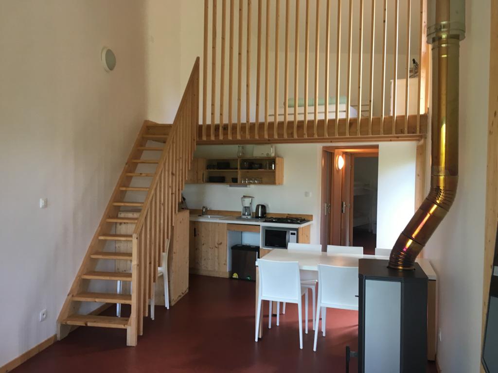 De keuken en trap naar boven