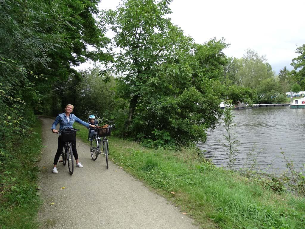 Langs de camping gaat een mooi fietspad, pal langs de rivier de Mayenne.