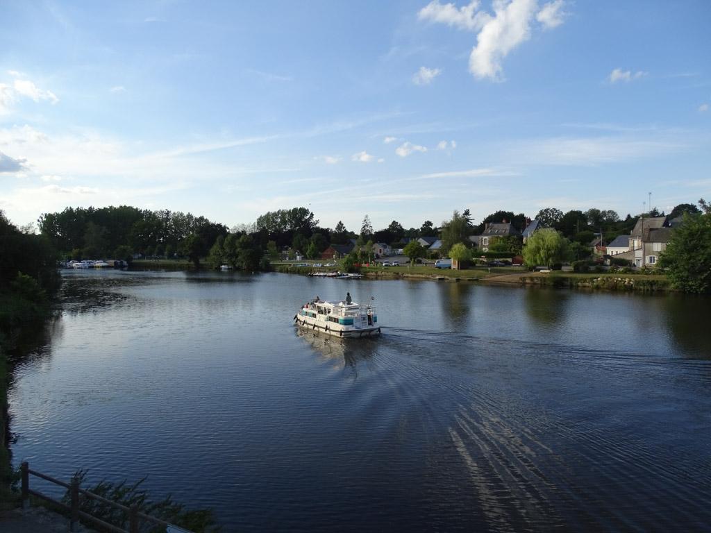 De camping ligt direct aan de mooie rivier de Mayenne.