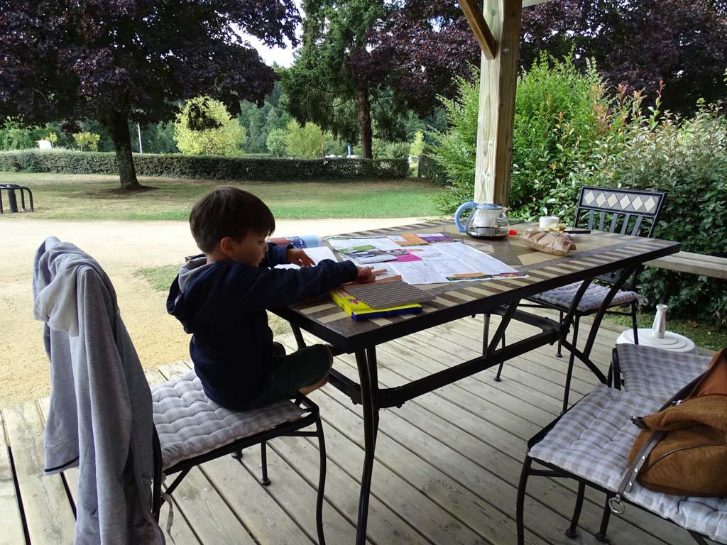 Op de veranda staat een grote tafel en stoelen, waaraan je heerlijk kan eten of spelen.