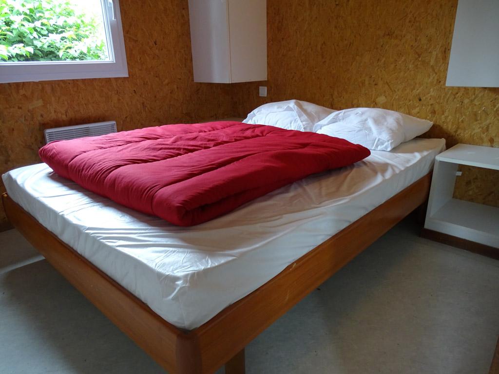 De slaapkamer beneden met goed bed.
