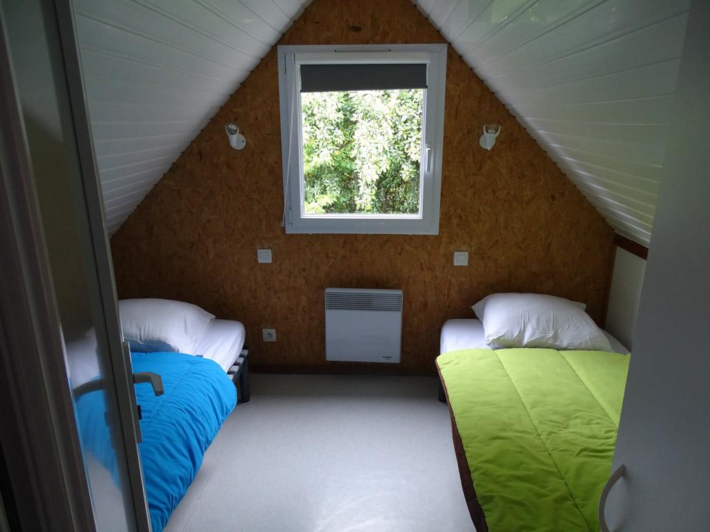 De slaapkamer boven met twee aparte bedden.